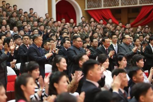 11月3日,朝鲜劳动党委员长、国务委员会委员长金正恩(中)在平壤观看中朝文艺工作者首场联合演出。 (新华社)