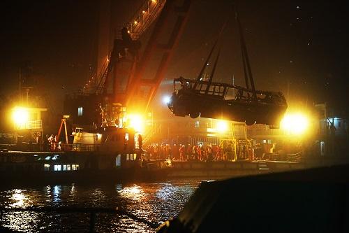这是11月1日拍摄的重庆万州坠江公交车打捞现场。截至11月1日15时,已找到13名遇难者遗体,身份已全部确认。 新华社记者 王全超 摄
