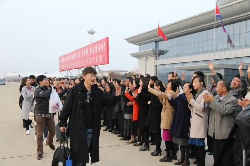 11月5日,在朝鲜平壤国际机场,中国文艺工作者代表团结束访问准备乘机离开,受到朝鲜群众和官员热烈欢送。 (新华社)