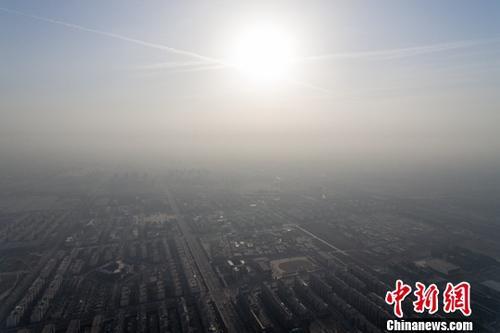 11月30日,山西省太原市被雾霾笼罩。中新社记者 韦亮 摄