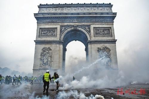 ▲为抗议法国当局出台上调汽油及柴油税的政策,11月24日,法国超10万人走上街头。图/视觉中国