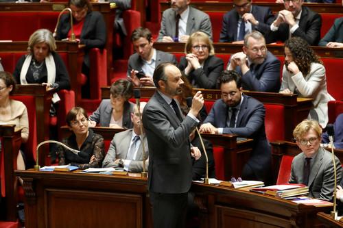法国总理菲利普(中)12月4日就暂缓添税的决定批准议会质询(法新社)
