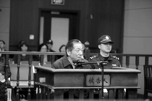 贾学英在法庭上接受审判