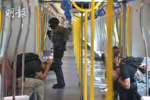 香港铁路答变部队将会于铁路编制包括列车车厢、车站大堂及月台,以及高危或主要铁路转乘站巡逻。图片来源:香港《明报》/卫永康 摄