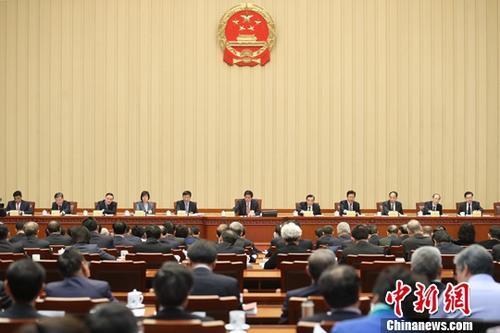 资料图:10月26日,十三届全国人大常委会第六次会议在北京人民大会堂闭幕。中新社记者 盛佳鹏 摄