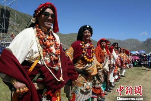 资料图:藏族文化(玉树)生态保护实验区内康巴藏族男子服饰。 罗云鹏 摄