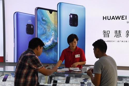 12月8日,顾客在海南三亚的华为门店选购手机。(法新社)