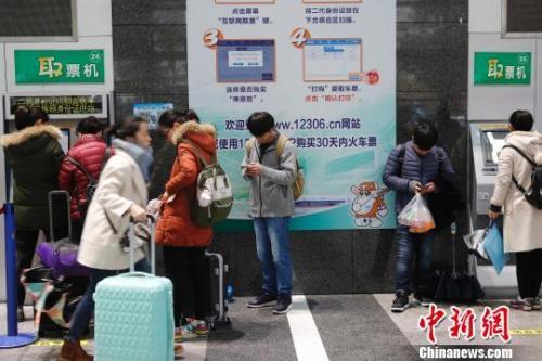 资料图:旅客在铁路上海站售票大厅排队购票。 殷立勤 摄