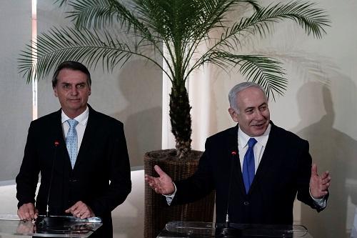 巴西当选总统博索纳罗(左)28日在里约炎内卢与来访的以色列总理内塔尼亚胡一路会见记者(路透社)