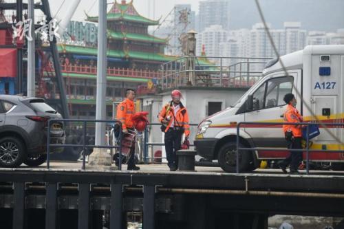 救援人员及消防轮赶往现场救援。图片来源:香港《明报》/卫永康 摄