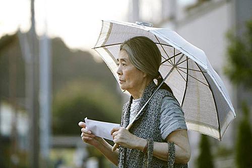 日本2017年入狱的高龄女性,高达20年前的9.1倍,绝大多数都是在商店顺手牵羊。老人们的再犯率也较年轻人为高,前者有70%,后者约为59.5%。图为电影《小偷家族》剧照