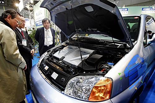 日本本田汽车公司展出新研发的氢燃料电池汽车。新华社记者任正来摄
