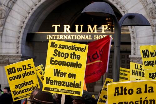 示威者16日在华盛顿特朗普国际酒店门前抗议美国对委内瑞拉的干涉(路透社)