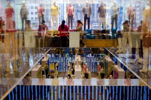 在日本东京的优衣库旗舰店,顾客选购衣物。