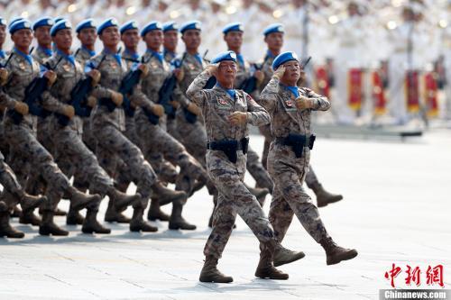 10月1日上午,庆祝中华人民共和国成立70周年大会在北京天安门广场隆重举行。图为受阅的维和部队方队。中新社记者 富田 摄