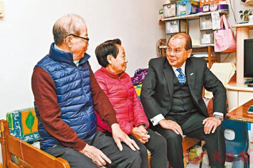 香港政务司司长张建宗表示,官员未来会继续走入社区与市民对话,以掌握社会脉搏。图片来源:香港《文汇报》/张建宗网志