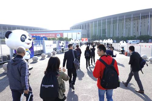 图为11月5日,观众准备进入第二届进博会会场。新华社