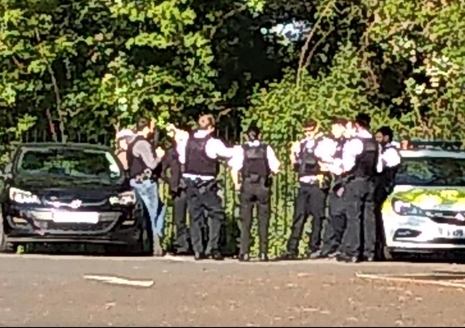 英国警察违反禁令在街头聚集,引发民众不满。(图源:太阳报)