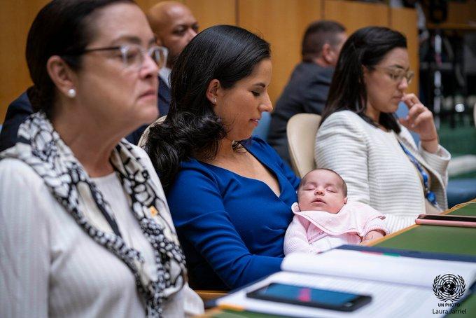 """图片中央的就是布克莱的夫人和他的女儿(联合国官方""""推特"""")"""