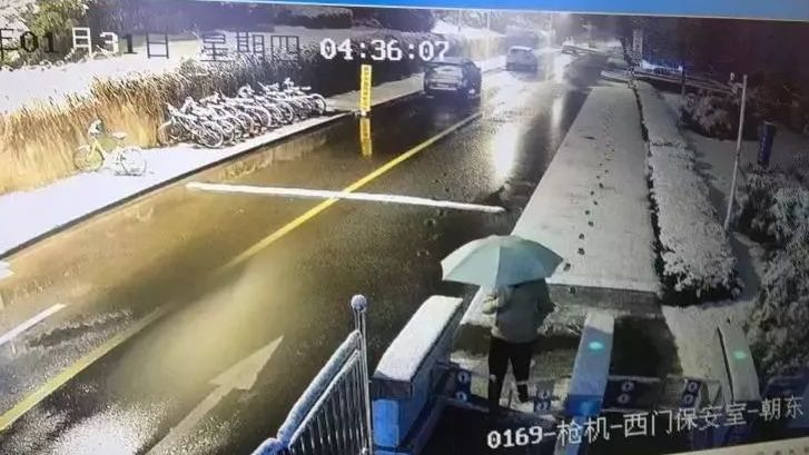 监控显示1月31日凌晨4时36分,刘春杨独自撑伞走出了中科大西门。图片来自网络