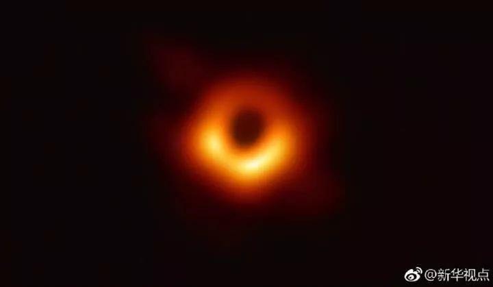 """▲北京时间10日晚9时许,包括中国在内,全球多地天文学家同步公布了黑洞""""真容""""。该黑洞位于室女座一个巨椭圆星系M87的中心,距离地球5500万光年,质量约为太阳的65亿倍。它的核心区域存在一个阴影,周围环绕一个新月状光环。爱因斯坦广义相对论被证明在极端条件下仍然成立。(新华视点)"""