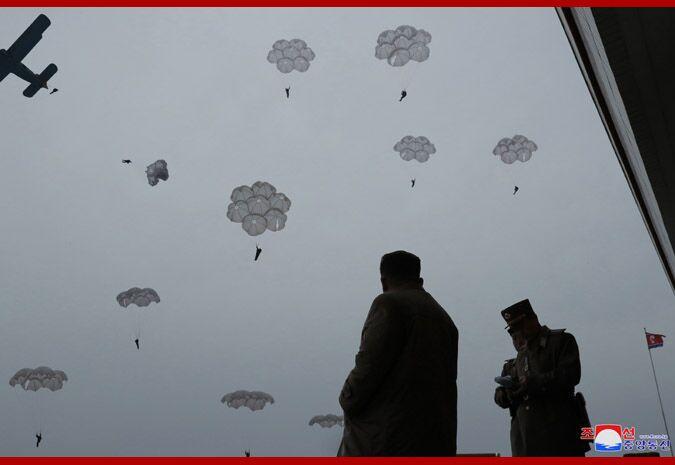 (金正恩指导跳伞训练。图源:朝中社)