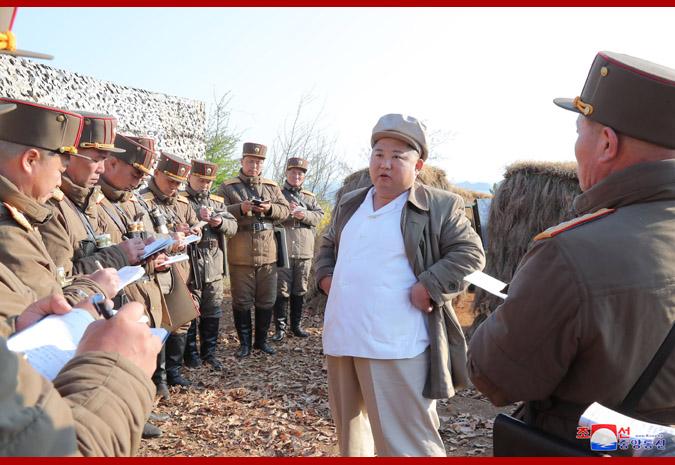 金正恩视察朝鲜人民军,罕见穿上了朝鲜工农赤卫军的服装 图源:朝中社