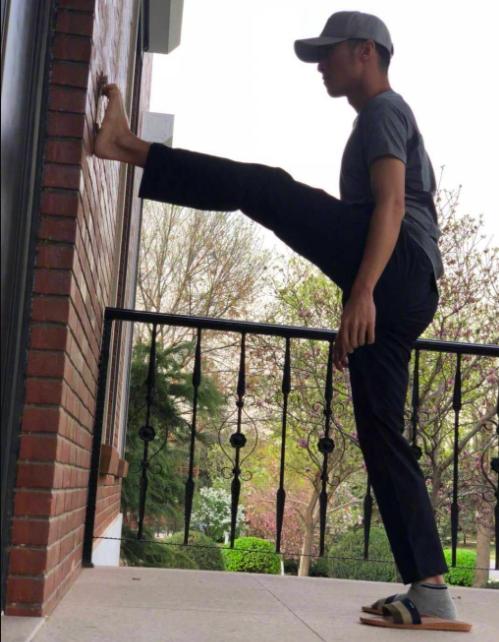 谢霆锋脚纹解锁 网友:不是大长腿都做不到这个