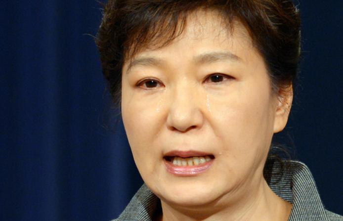 2014年,朴槿惠就船难发表国民谈话,边读名字边流泪