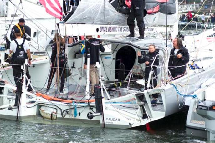 桑伯格乘船抵达纽约向欢迎她的民众挥手致意资料图