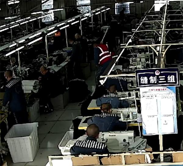 2017年11月4日下昼,王磊遭同监区罪犯王某光用白色PVC管殴打监控画面。澎湃讯息记者 卫佳铭 图