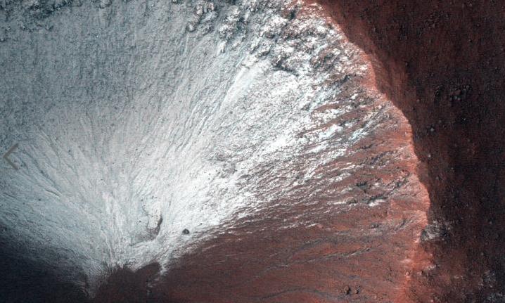 陨石坑图像:火星即将进入春天,所以朝南的斜坡末有霜冻。(图源:CNN)