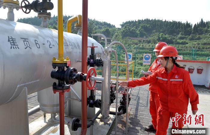 图为工作人员在焦页6-2HF井工作。涪陵页岩气公司供图