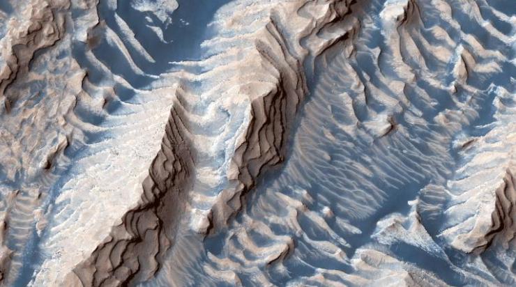 阶梯状突出层上的蓝色沙子(图源:CNN)