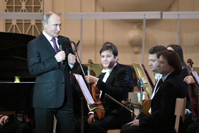 普京在圣彼得堡举走的文化艺术委员会 图源:俄罗斯卫星通讯社
