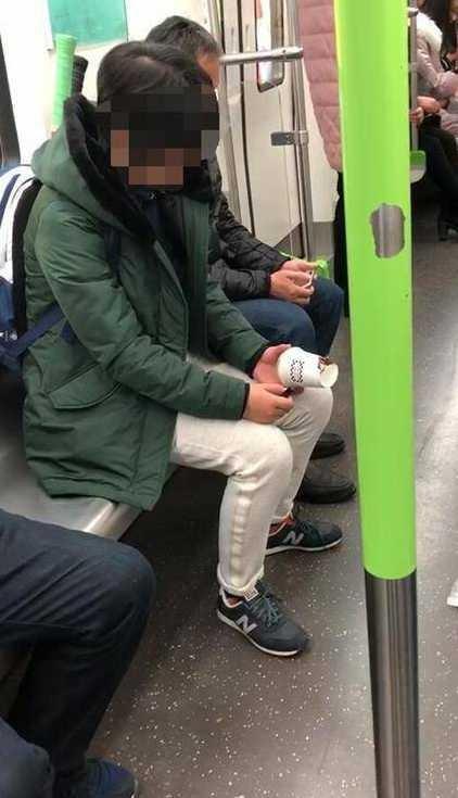 女子在地铁上点燃奶茶杯 警方供图