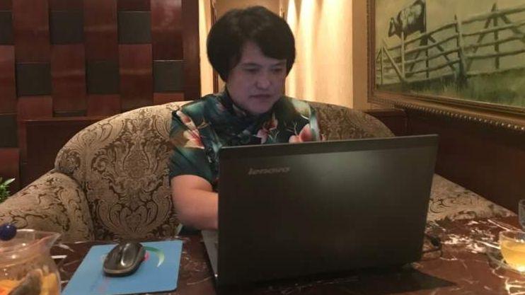 汤杏芬在电脑前敲打键盘,撰写小说。受访者供图