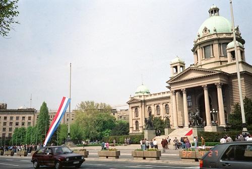 图为1992年4月27日14点整,在南斯拉夫联邦议会大厦前升南斯拉夫联盟共和国国旗的场面。 新华社发