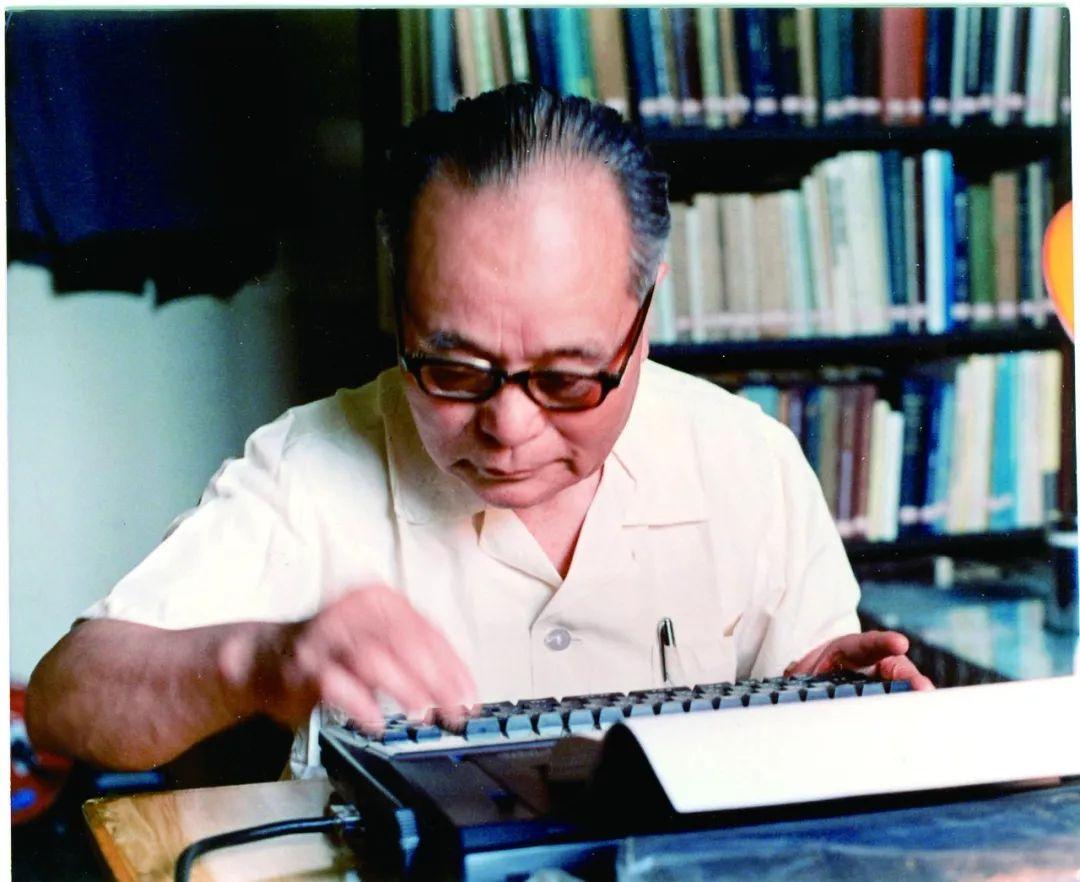 程开甲在打字机上撰写论文(原料照片)。新华社发