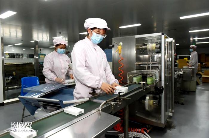 石家庄四药阿比多尔生产线包装岗位员工在加紧生产。?史建会?摄