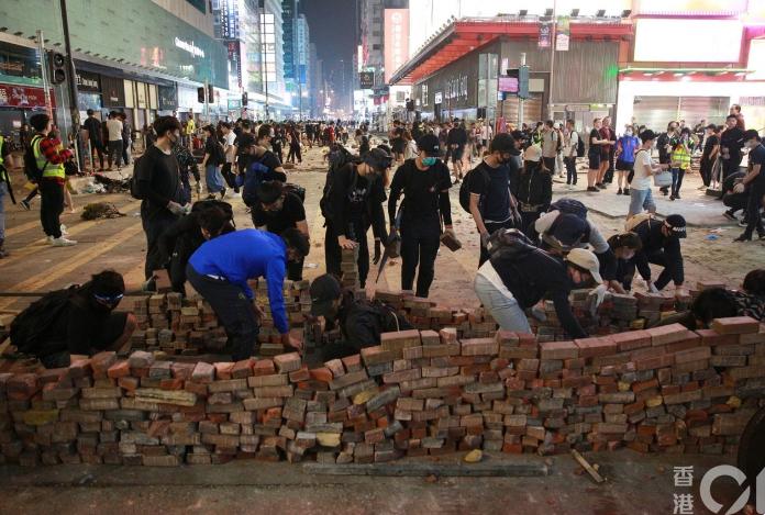 """有暴徒在彌敦道用磚塊筑成""""磚墻""""(港媒)"""