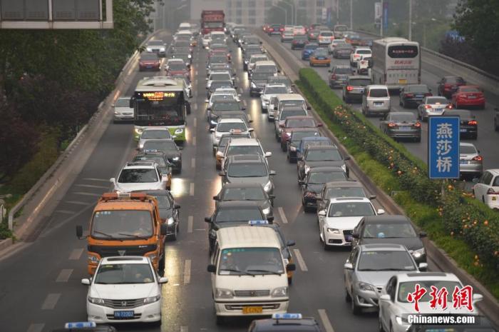 北京东三环主路的车流。中新网记者 金硕 摄
