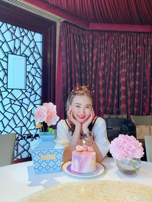 翁虹迎51岁生日自认还是美少女