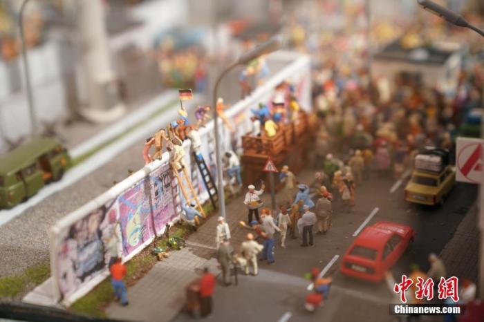 """(图三)2019年11月4日,在柏林市""""维利勃兰特论坛""""展出的微缩模型,反映了柏林墙倒塌时的历史。中新社记者 彭大伟 摄"""