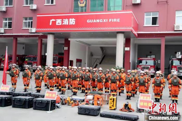图为消防救援人员集结待命 钟欣 摄