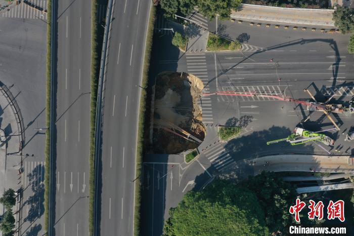 资料图:广州地铁十一号线施工区域路面发生塌陷 周志毅 摄
