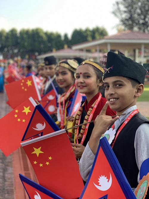 10月12日,尼泊尔首都加德满都特里布万国际机场,尼泊尔少年儿童站在红地毯一侧,热烈欢迎中国国家主席习近平来访。新华社记者高洁摄