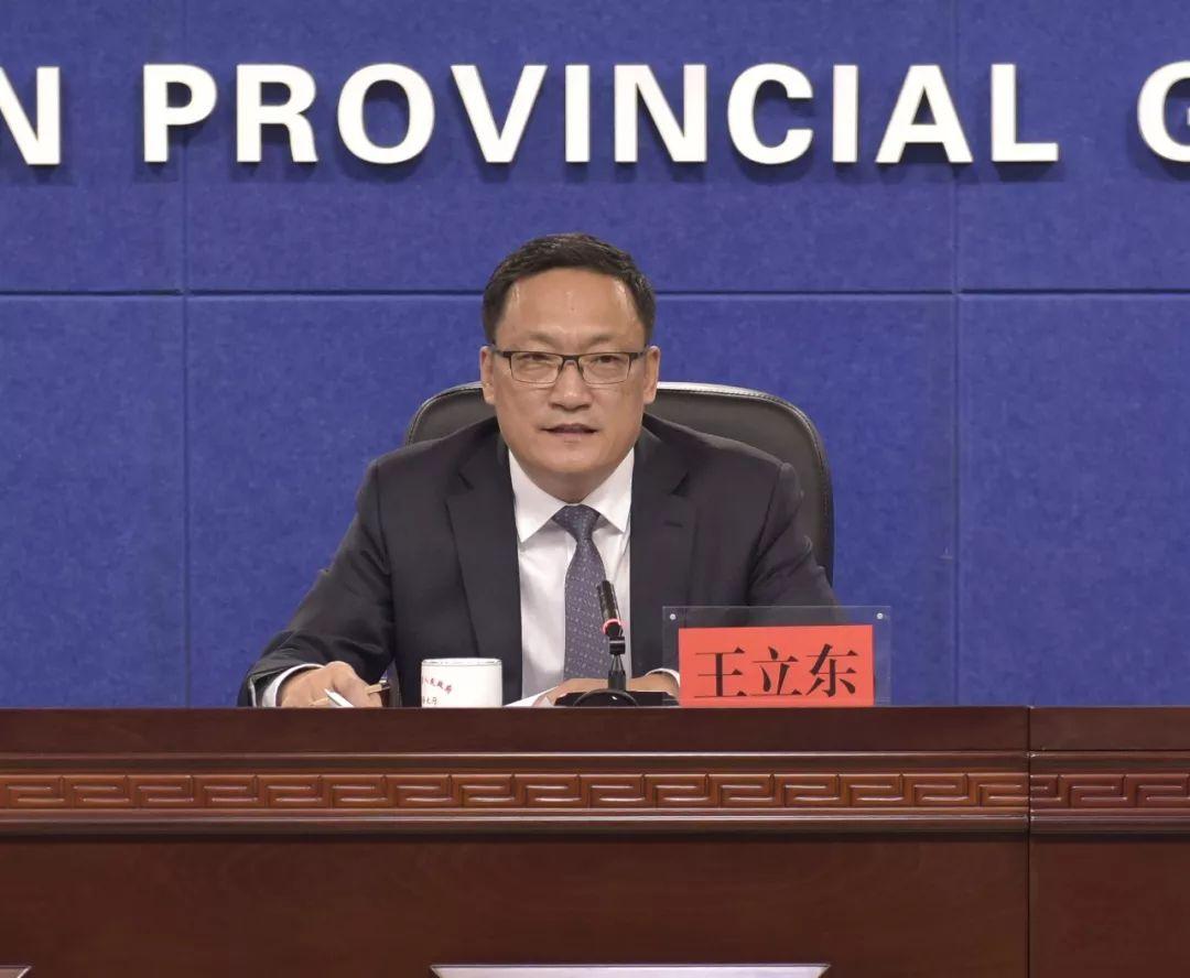 吉林省财政厅副厅长王立东回答记者挑问。(图片来源:吉林市场监管官方微信)