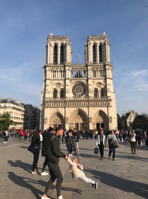 网友拍下巴黎圣母院起火前一小时的珍贵照片(推特截图)