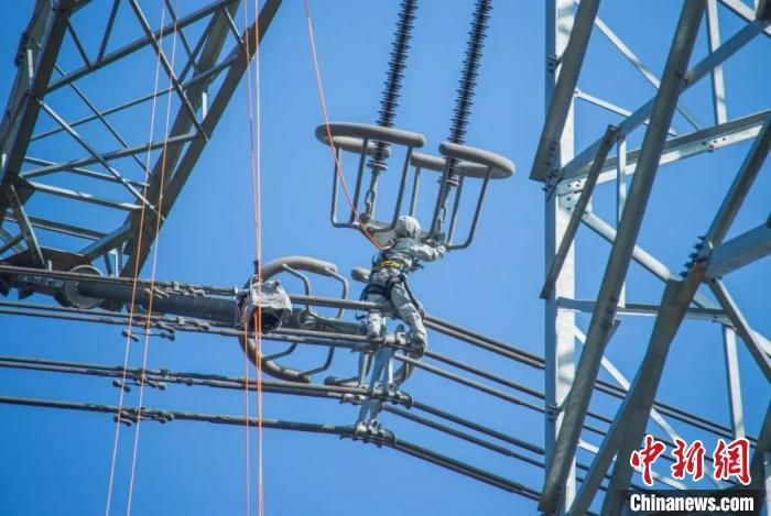 杨东辉在±1100千伏强电场开展带电作业 徐强 摄